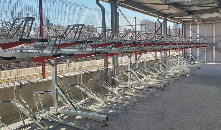 Abri Plus - Aménagement vélo - Supports vélos sur 2 niveaux - Syndicat Mixte des Transports en Commun de l'Agglomération Clermontoise - Gare de Clermont Ferrand (63)