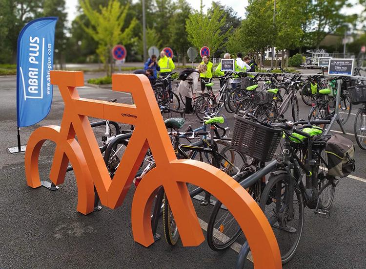 Abri Plus - Fun parc vélo - rack vélo géant orange de dos - Salon RNTP - Parc des expositions Nantes