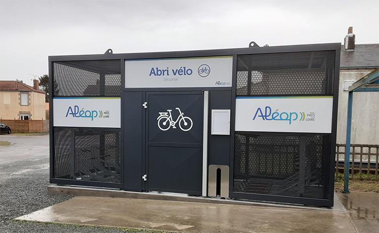 Abri vélos NOMAD et services gratuits aux cyclistes - outils et pompe de gonflage - Gare TER de La Mothe Achard en Vendée (85)