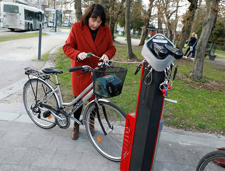 Autoréparation vélo et gonflage des pneus grâce à la station de réparation vélos Deluxe - Ville de Talence (33) - Copyright Mairie de Talence©