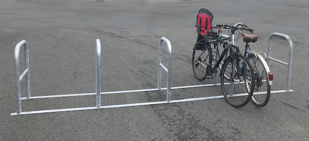 Des bornes vélos relieés par 5, prêt à poser sans génie civil