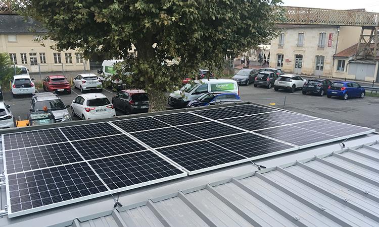 Dalles photovoltaïques sur la toiture d'un abri velos sécurisé pour éclairage solaire et bornes recharge pour VAE - Gare SNCF de Libourne (33)
