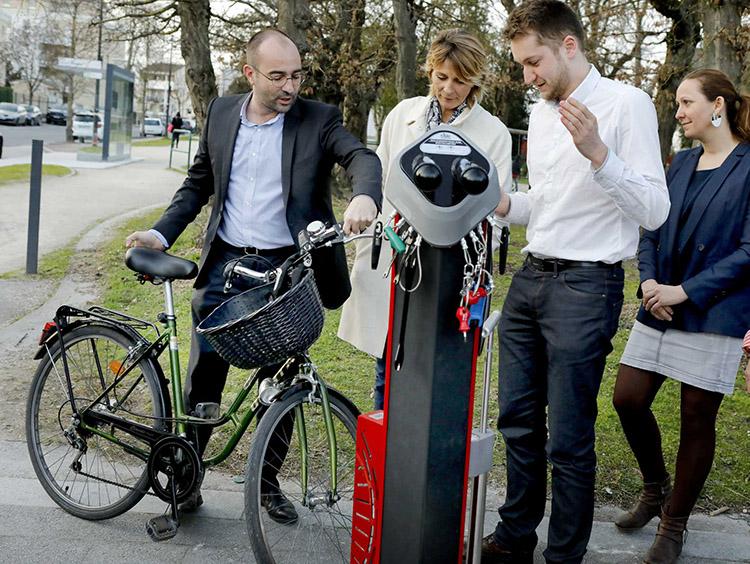 Inauguration de la station de réparation vélos Abris Plus par le Maire Emmanuel Sallaberry - Mairie de Talence©