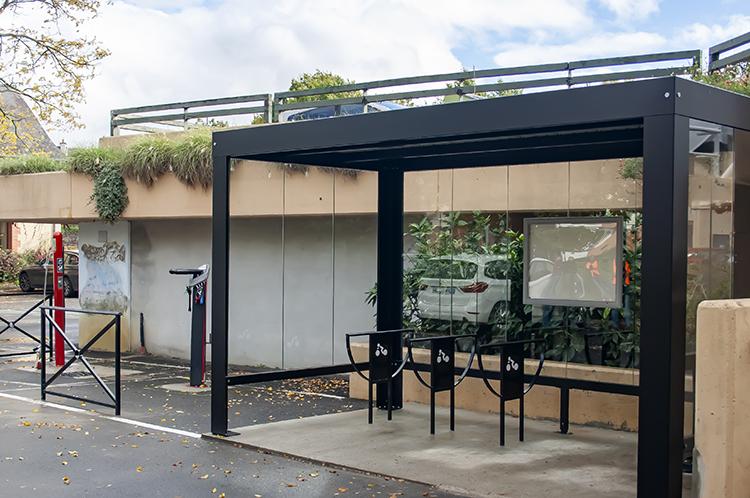 Local et aménagements pour VAE velos et VTT - abri PESCARA avec toit plat et panneaux solaires - Le Rheu (35)
