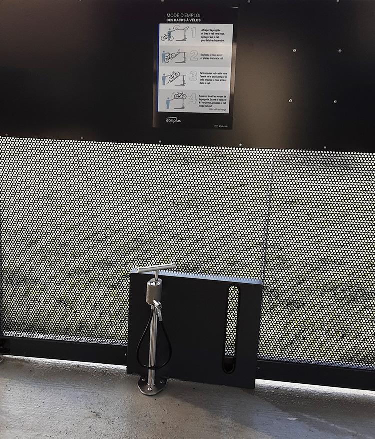 Station de gonflage à l'intérieur d'un parc vélos fermé et sécurisé NOMAD