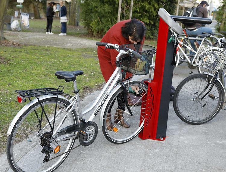 Station de réparation vélos Modèle Deluxe - vélo dans le cale-roue pour faciliter la réparation des vélos - Ville de Talence (33)