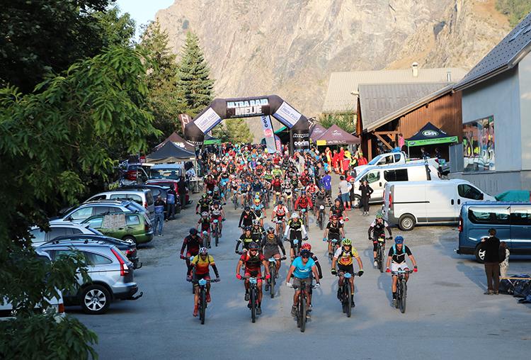 URLM Abri Plus - cyclistes au départ de la Grave dans les Hautes Alpes (05)